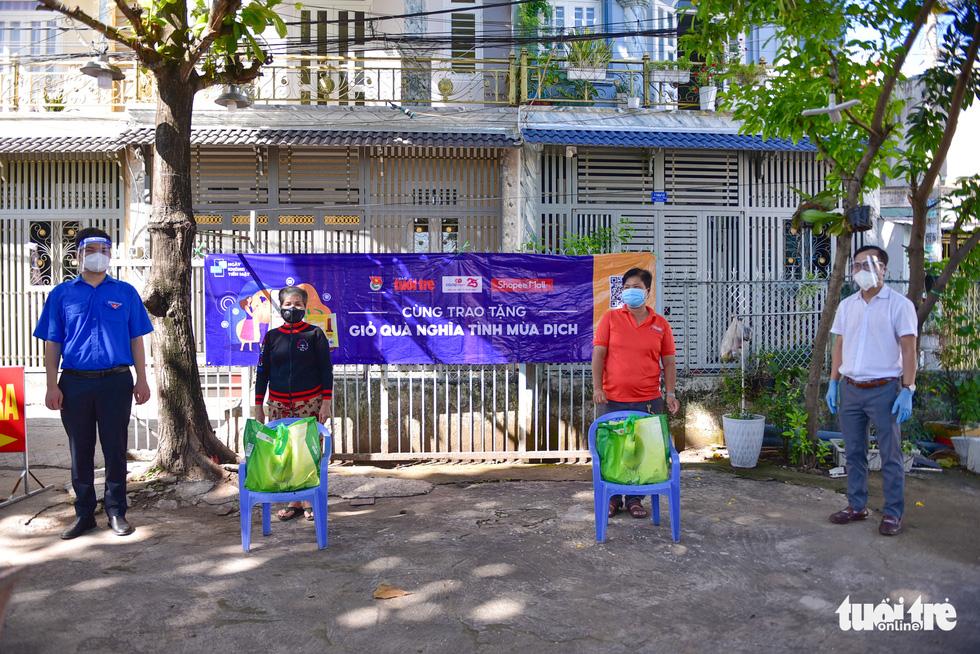 Sinh viên Lào, Campuchia và công nhân vui với những giỏ quà nghĩa tình mùa dịch - Ảnh 3.