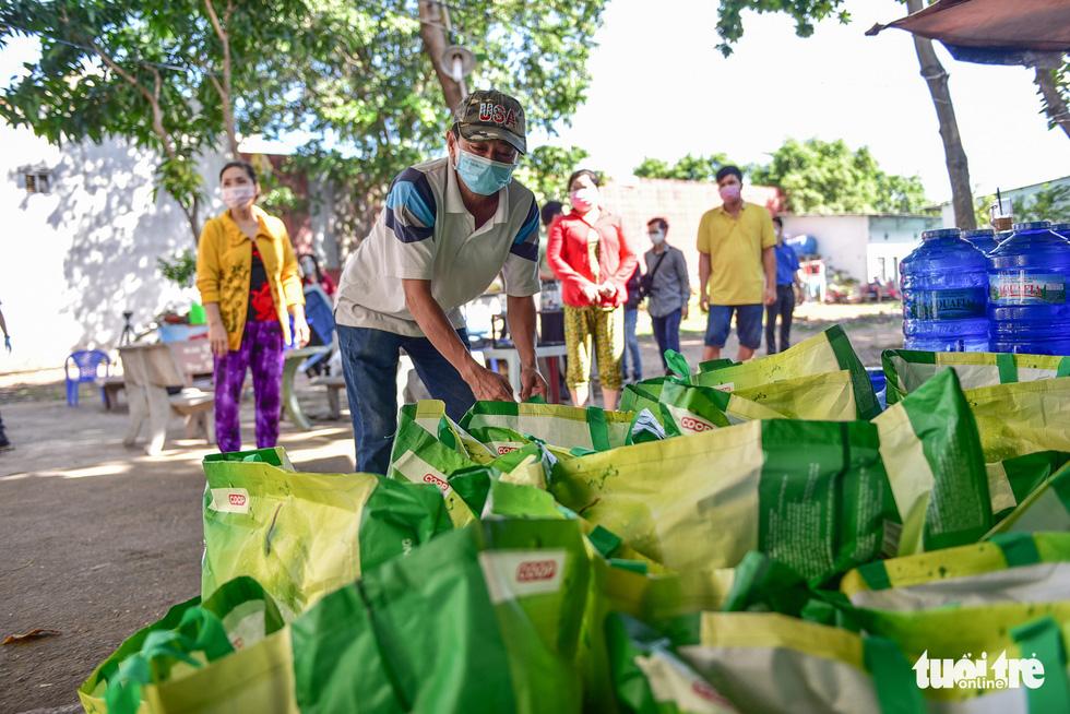 Sinh viên Lào, Campuchia và công nhân vui với những giỏ quà nghĩa tình mùa dịch - Ảnh 5.