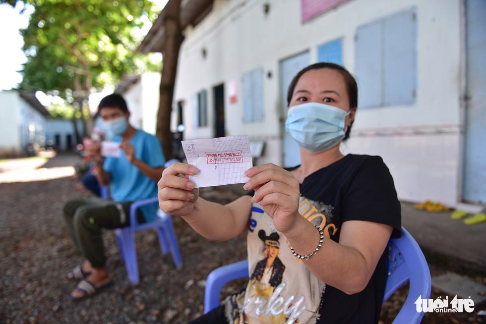Sinh viên Lào, Campuchia và công nhân vui với những giỏ quà nghĩa tình mùa dịch - Ảnh 4.
