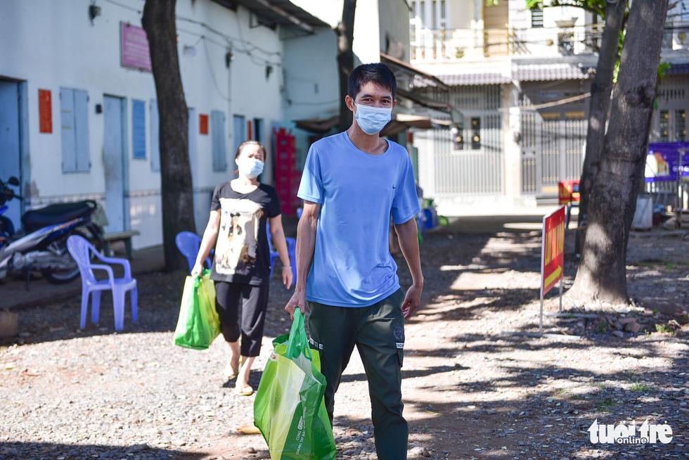 Sinh viên Lào, Campuchia và công nhân vui với những giỏ quà nghĩa tình mùa dịch - Ảnh 6.