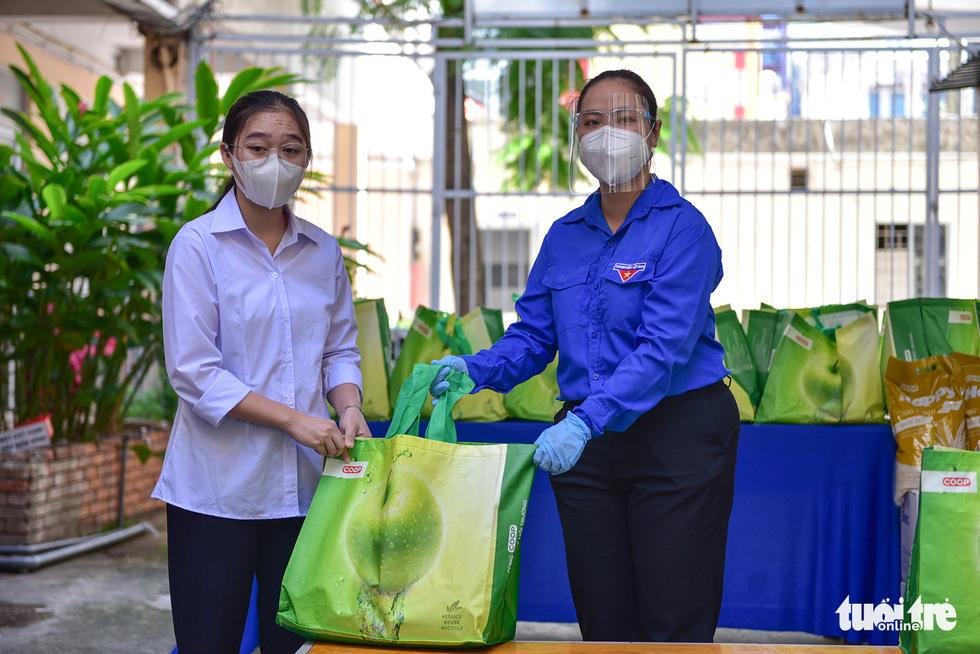 Sinh viên Lào, Campuchia và công nhân vui với những giỏ quà nghĩa tình mùa dịch - Ảnh 7.