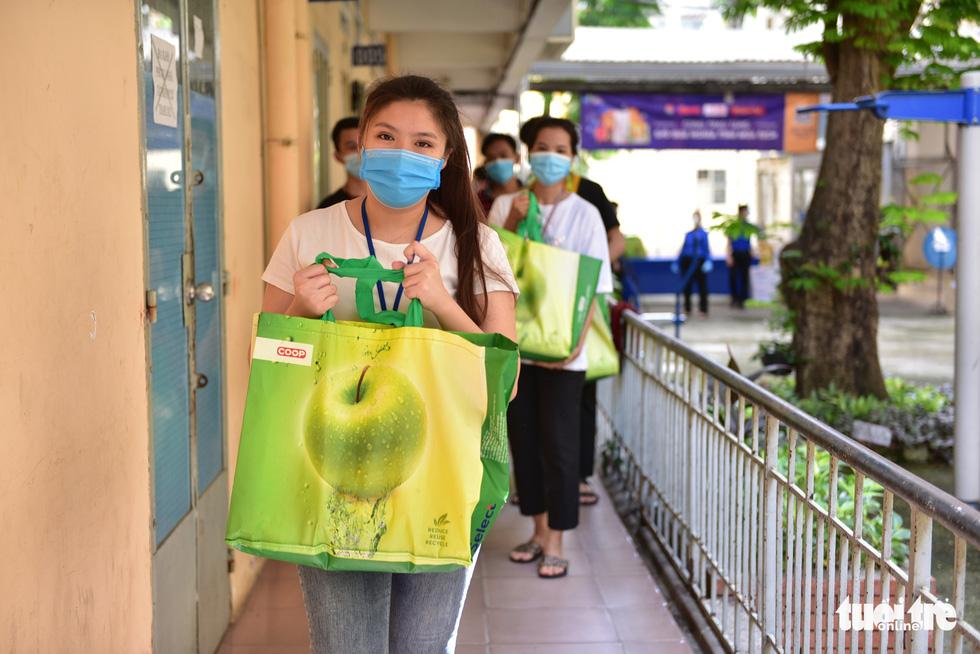 Sinh viên Lào, Campuchia và công nhân vui với những giỏ quà nghĩa tình mùa dịch - Ảnh 1.
