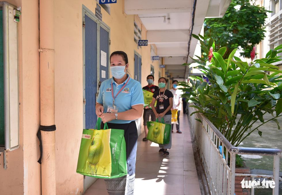 Sinh viên Lào, Campuchia và công nhân vui với những giỏ quà nghĩa tình mùa dịch - Ảnh 8.