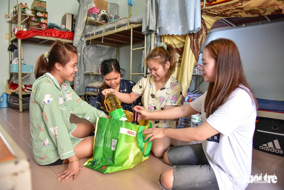 Sinh viên Lào, Campuchia và công nhân vui với những giỏ quà nghĩa tình mùa dịch - Ảnh 9.
