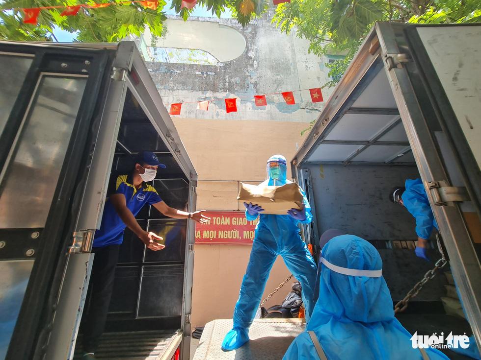 Nhận cá gửi từ Đà Nẵng, người dân bị phong tỏa ở TP.HCM 'khắc ghi mãi ân tình - Ảnh 2.