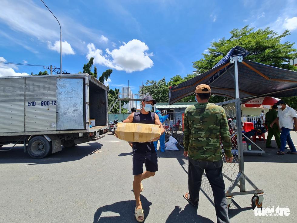 Nhận cá gửi từ Đà Nẵng, người dân bị phong tỏa ở TP.HCM 'khắc ghi mãi ân tình - Ảnh 6.