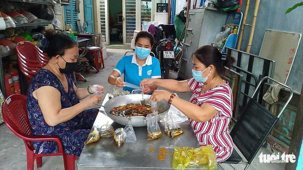 Nhận cá gửi từ Đà Nẵng, người dân bị phong tỏa ở TP.HCM 'khắc ghi mãi ân tình - Ảnh 10.