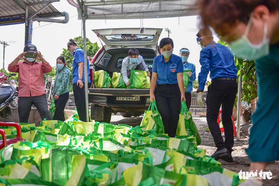 1.300 giỏ quà nghĩa tình trao đến tay người dân ở khu phong toả - Ảnh 2.