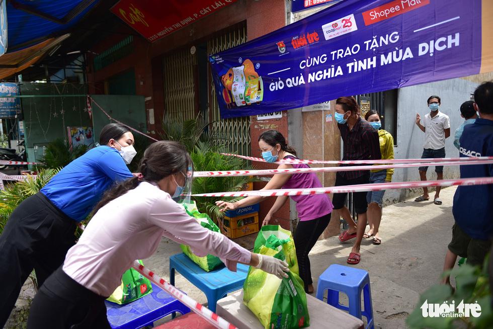 1.300 giỏ quà nghĩa tình trao đến tay người dân ở khu phong toả - Ảnh 4.