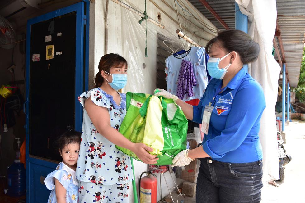 1.300 giỏ quà nghĩa tình trao đến tay người dân ở khu phong toả - Ảnh 5.