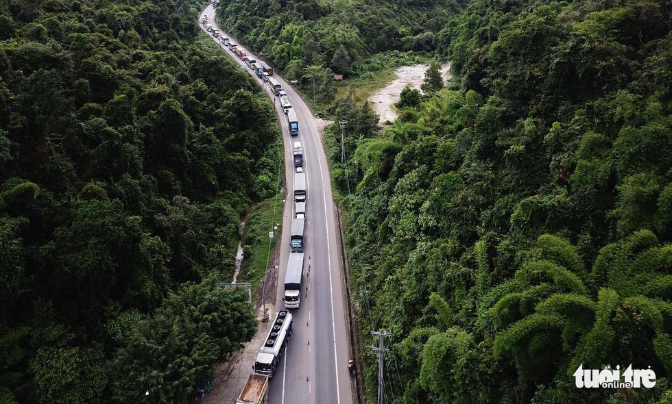 Căng mình, chạy hết tốc lực giải tỏa xe ùn ứ ở cửa ngõ Lâm Đồng - Ảnh 2.
