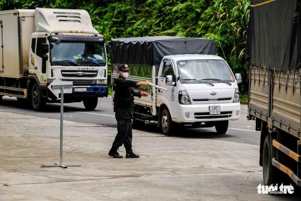 Căng mình, chạy hết tốc lực giải tỏa xe ùn ứ ở cửa ngõ Lâm Đồng - Ảnh 4.