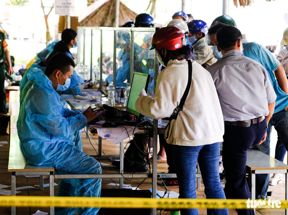 Căng mình, chạy hết tốc lực giải tỏa xe ùn ứ ở cửa ngõ Lâm Đồng - Ảnh 11.
