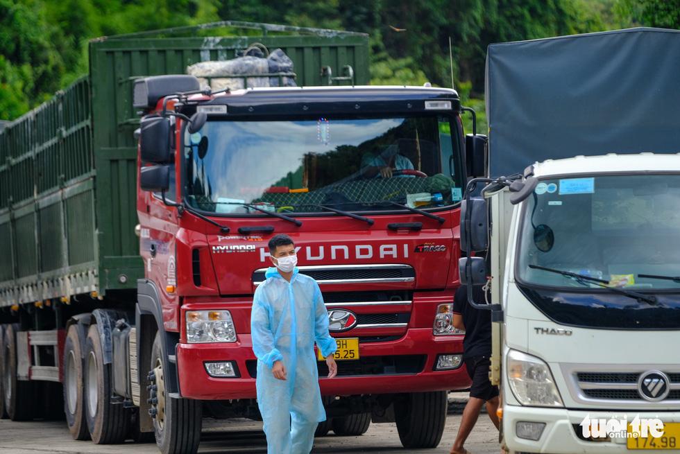 Căng mình, chạy hết tốc lực giải tỏa xe ùn ứ ở cửa ngõ Lâm Đồng - Ảnh 13.