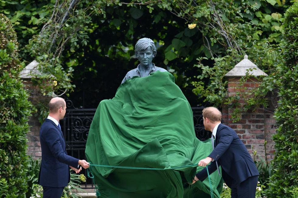 Hoàng tử Anh William và Harry cùng khánh thành tượng công nương Diana - Ảnh 2.