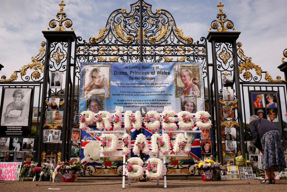 Hoàng tử Anh William và Harry cùng khánh thành tượng công nương Diana - Ảnh 5.