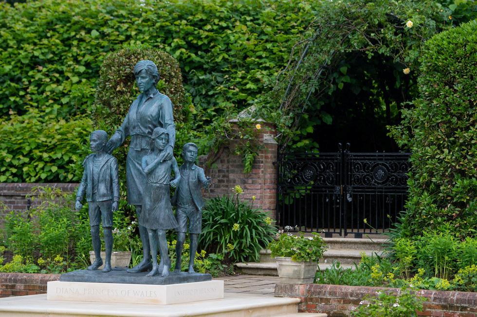 Hoàng tử Anh William và Harry cùng khánh thành tượng công nương Diana - Ảnh 3.