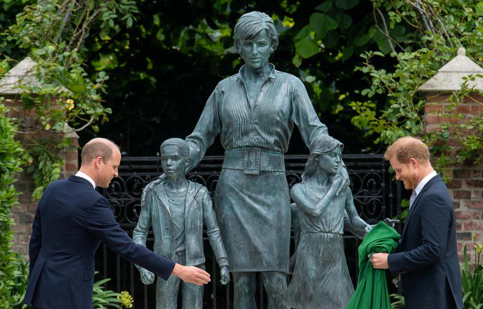 Hoàng tử Anh William và Harry cùng khánh thành tượng công nương Diana - Ảnh 1.