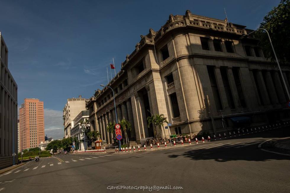 Sài Gòn 'đẹp lạ' những ngày giãn cách trong bộ ảnh của nhiếp ảnh gia Alexandre Garel - Ảnh 3.