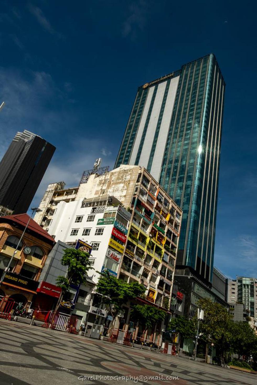 Sài Gòn 'đẹp lạ' những ngày giãn cách trong bộ ảnh của nhiếp ảnh gia Alexandre Garel - Ảnh 10.