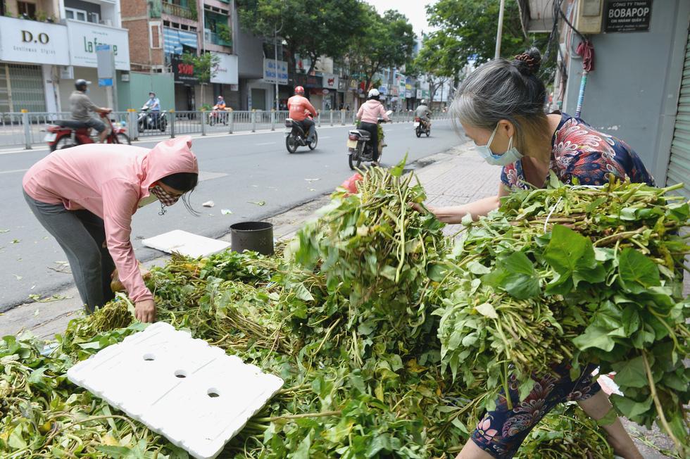 Giữa đại dịch, cỗ máy nhân ái khổng lồ của người Sài Gòn không hề mệt mỏi - Ảnh 4.