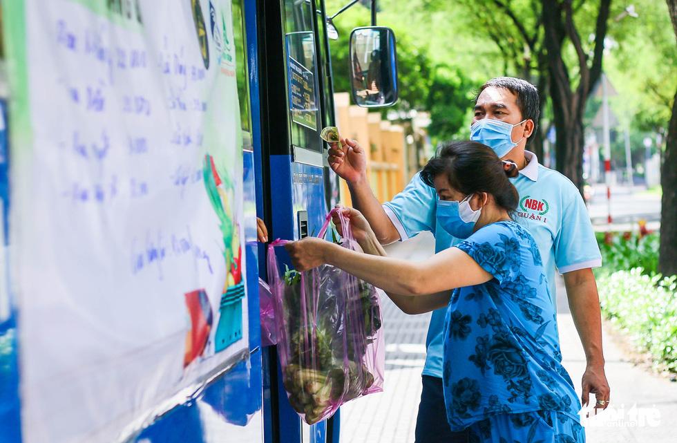 Cửa hàng rau trên... xe buýt cho người dân Sài Gòn - Ảnh 1.