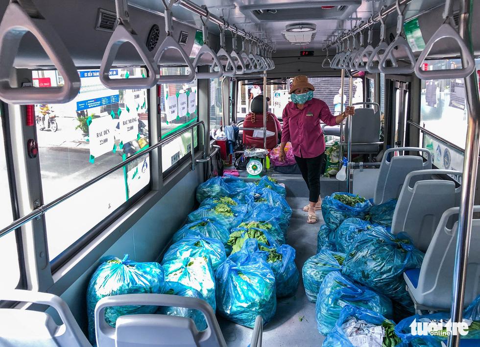 Cửa hàng rau trên... xe buýt cho người dân Sài Gòn - Ảnh 2.