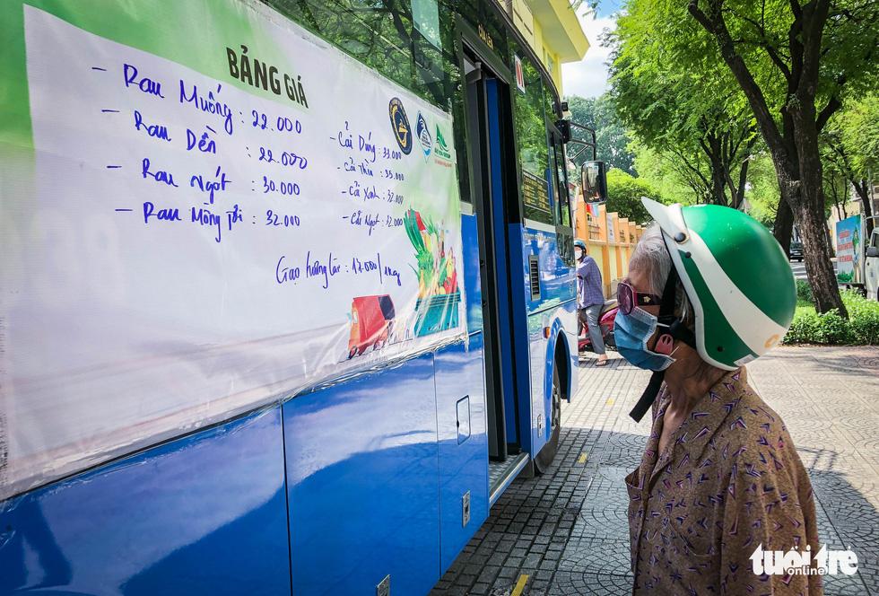 Cửa hàng rau trên... xe buýt cho người dân Sài Gòn - Ảnh 5.