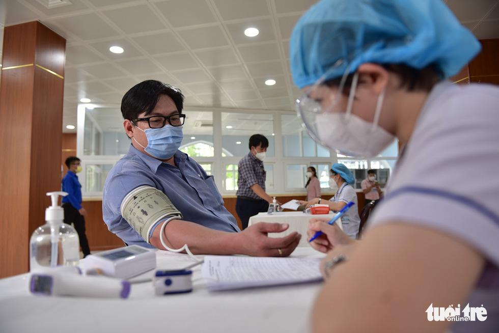 Nhiều người dân TP.HCM vui mừng được tiêm vắc xin COVID-19 - Ảnh 3.