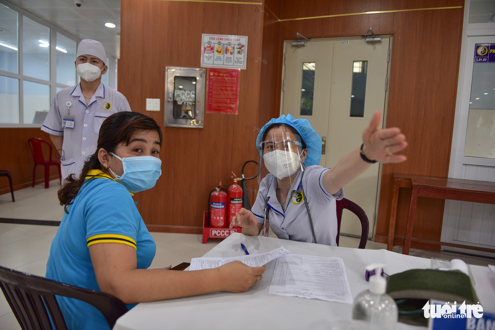 Nhiều người dân TP.HCM vui mừng được tiêm vắc xin COVID-19 - Ảnh 4.