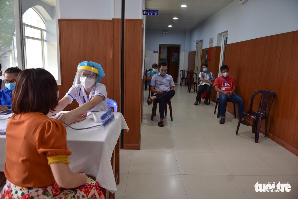 Nhiều người dân TP.HCM vui mừng được tiêm vắc xin COVID-19 - Ảnh 9.