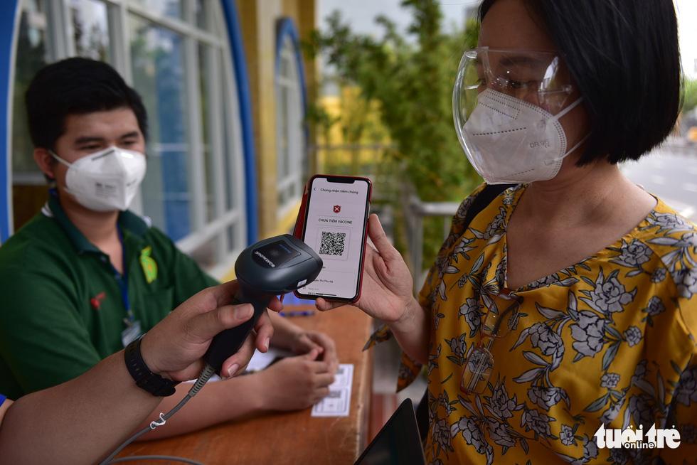 Nhiều người dân TP.HCM vui mừng được tiêm vắc xin COVID-19 - Ảnh 2.