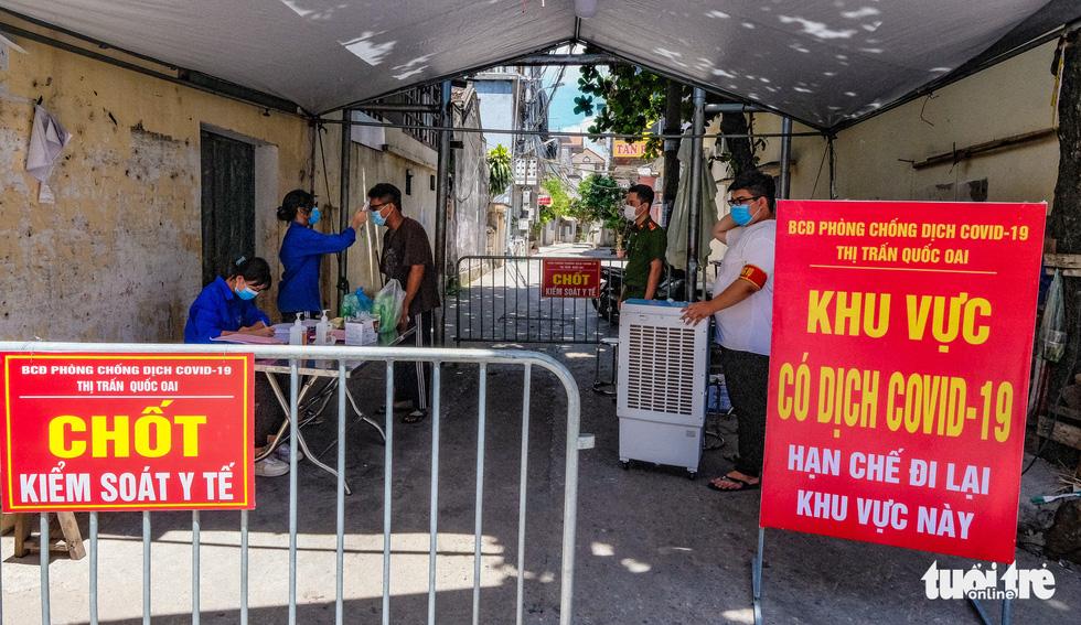 Phun khử khuẩn toàn bộ thị trấn Quốc Oai, Hà Nội vì chùm ca bệnh phức tạp - Ảnh 2.