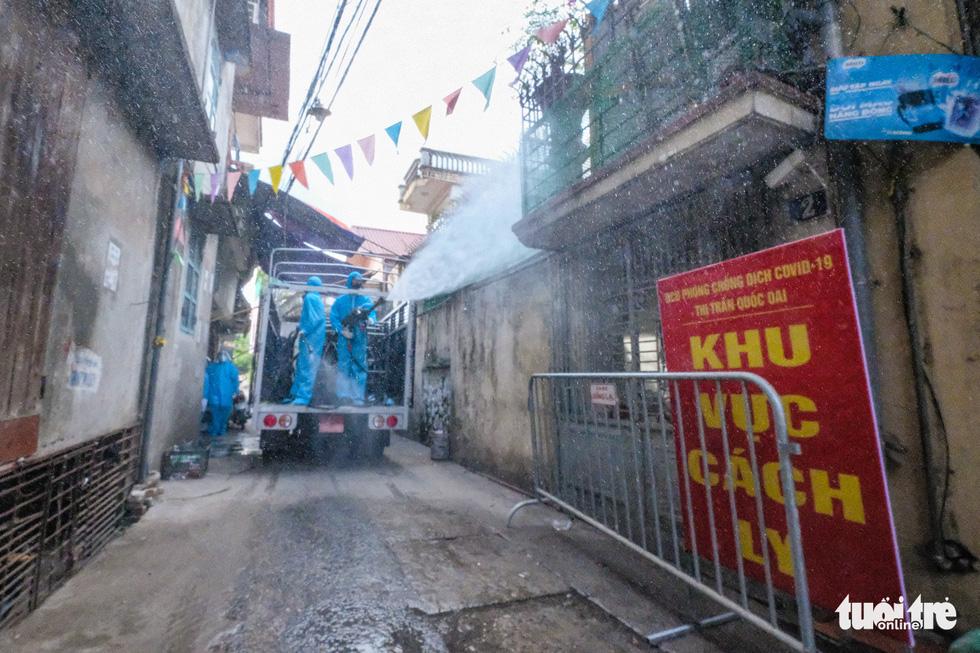Phun khử khuẩn toàn bộ thị trấn Quốc Oai, Hà Nội vì chùm ca bệnh phức tạp - Ảnh 1.