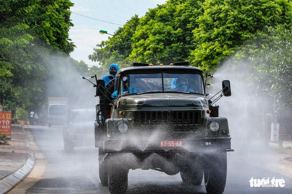 Phun khử khuẩn toàn bộ thị trấn Quốc Oai, Hà Nội vì chùm ca bệnh phức tạp - Ảnh 5.