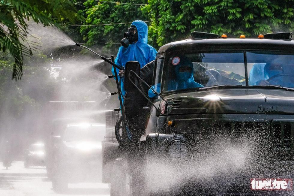 Phun khử khuẩn toàn bộ thị trấn Quốc Oai, Hà Nội vì chùm ca bệnh phức tạp - Ảnh 6.