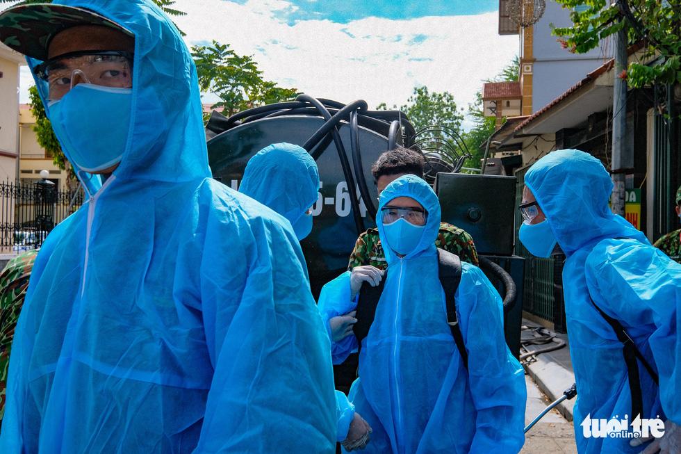 Phun khử khuẩn toàn bộ thị trấn Quốc Oai, Hà Nội vì chùm ca bệnh phức tạp - Ảnh 4.