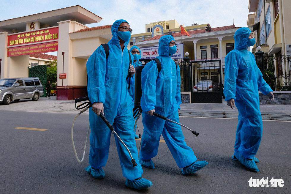Phun khử khuẩn toàn bộ thị trấn Quốc Oai, Hà Nội vì chùm ca bệnh phức tạp - Ảnh 9.