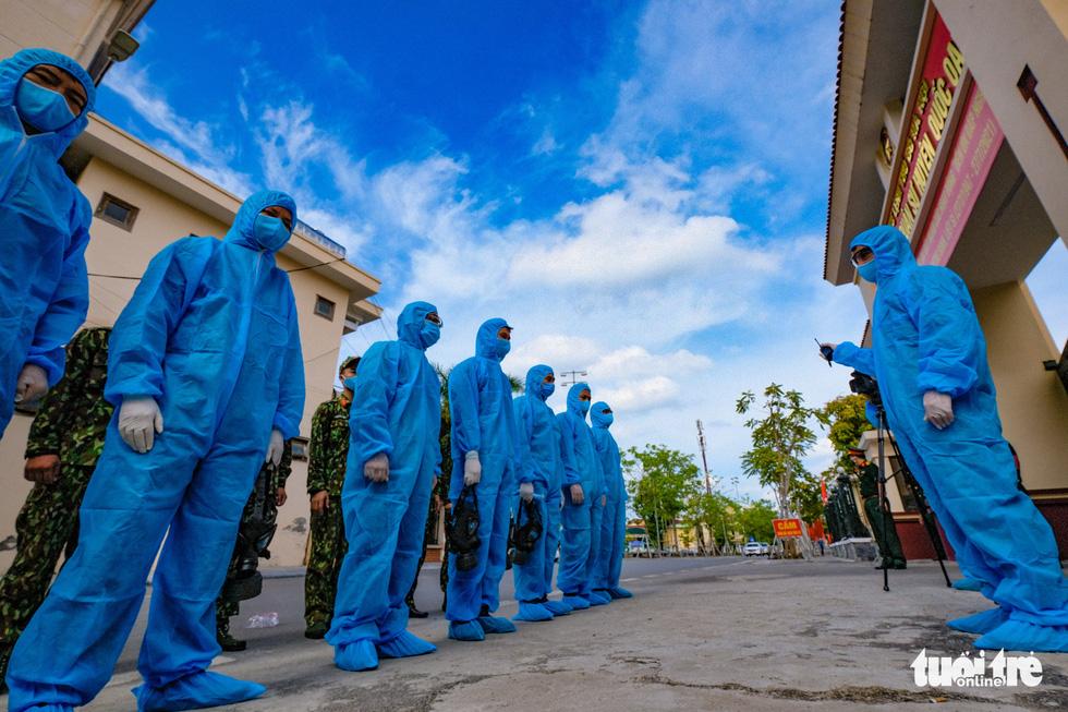 Phun khử khuẩn toàn bộ thị trấn Quốc Oai, Hà Nội vì chùm ca bệnh phức tạp - Ảnh 3.