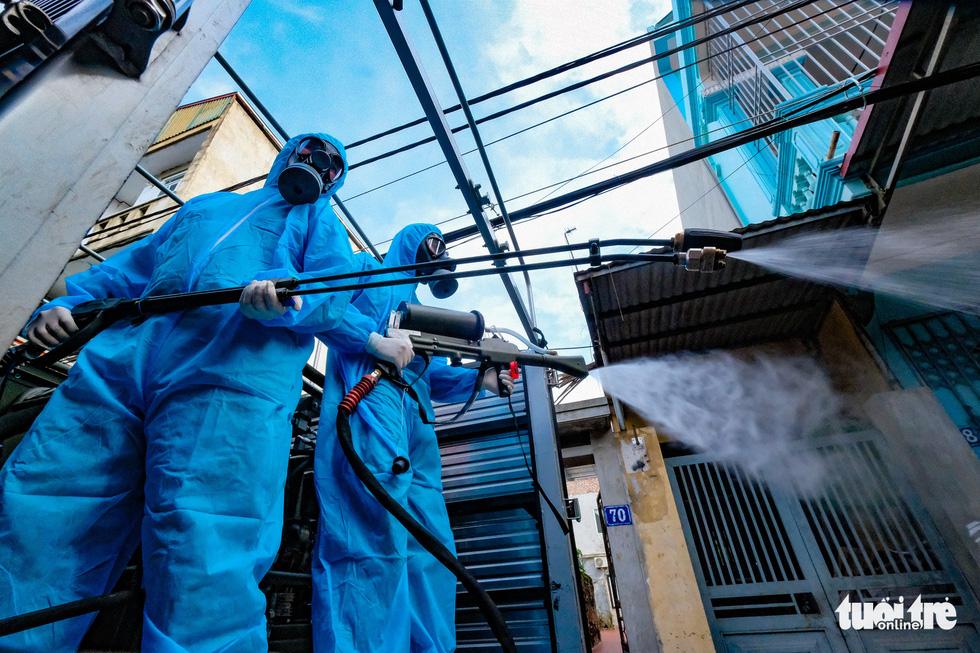 Phun khử khuẩn toàn bộ thị trấn Quốc Oai, Hà Nội vì chùm ca bệnh phức tạp - Ảnh 8.