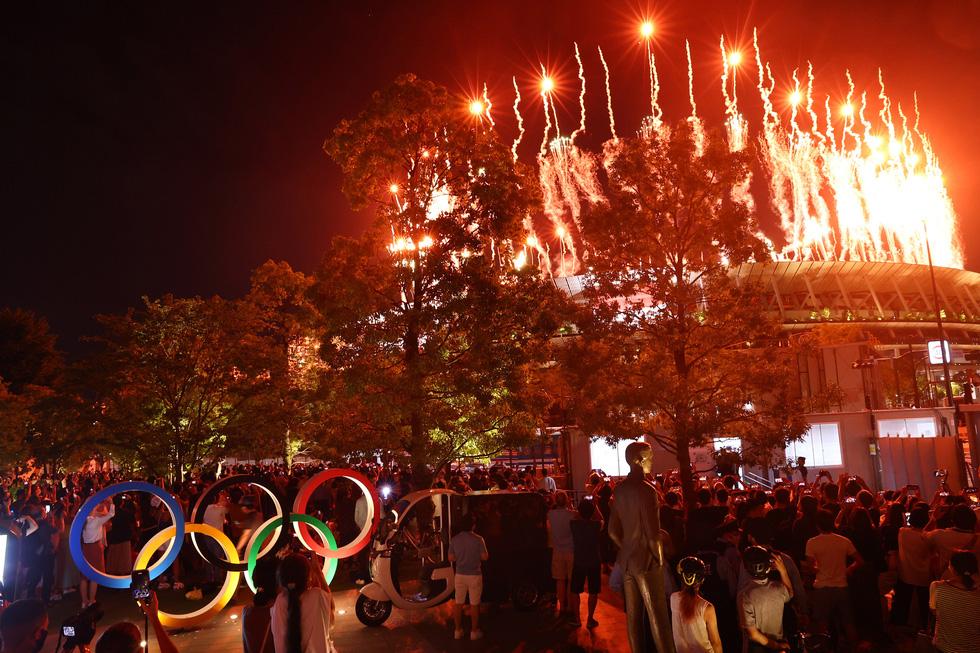 Đài lửa đã được thắp sáng, Olympic 2020 chính thức khai mạc - Ảnh 1.