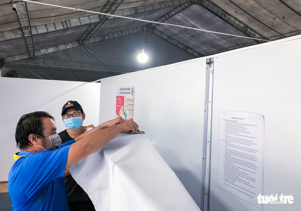 Công nhân dầm mưa xây dựng sân bóng đá Phú Nhuận thành khu cách ly F0 - Ảnh 7.