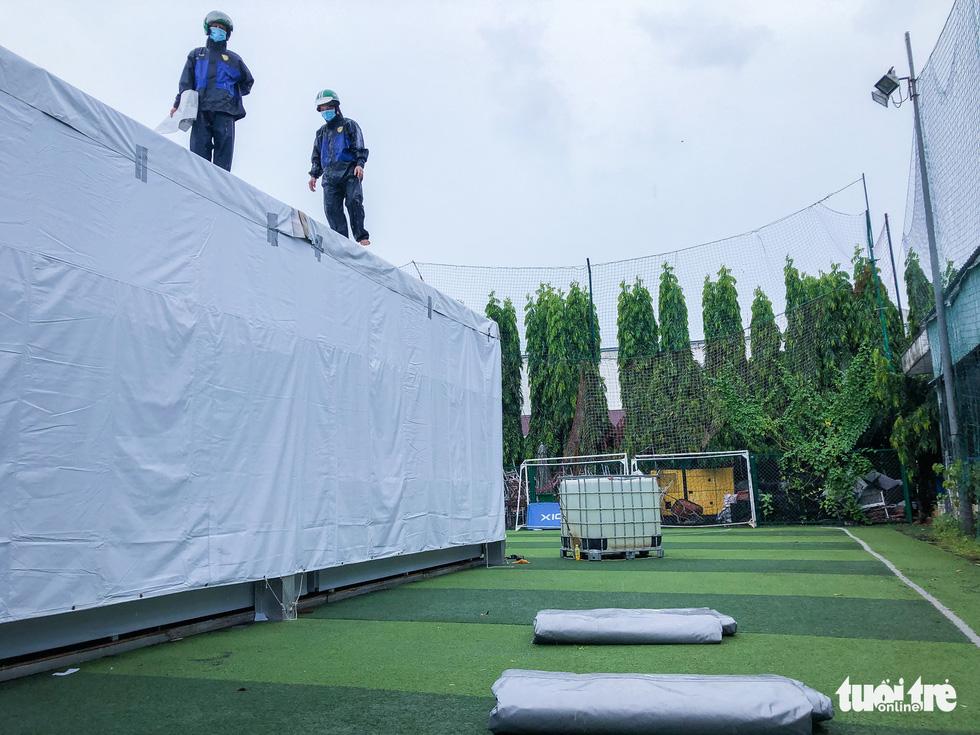Công nhân dầm mưa xây dựng sân bóng đá Phú Nhuận thành khu cách ly F0 - Ảnh 9.