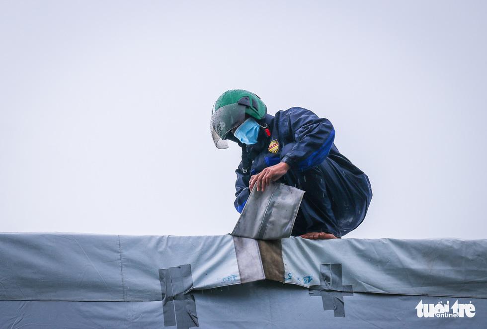 Công nhân dầm mưa xây dựng sân bóng đá Phú Nhuận thành khu cách ly F0 - Ảnh 10.