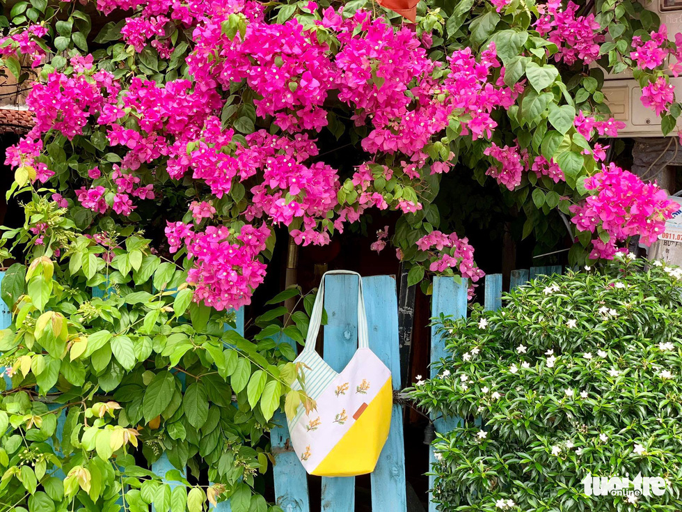 Ở nhà mùa dịch khéo tay thêu thùa khẩu trang, bông hoa lạ mắt - Ảnh 2.