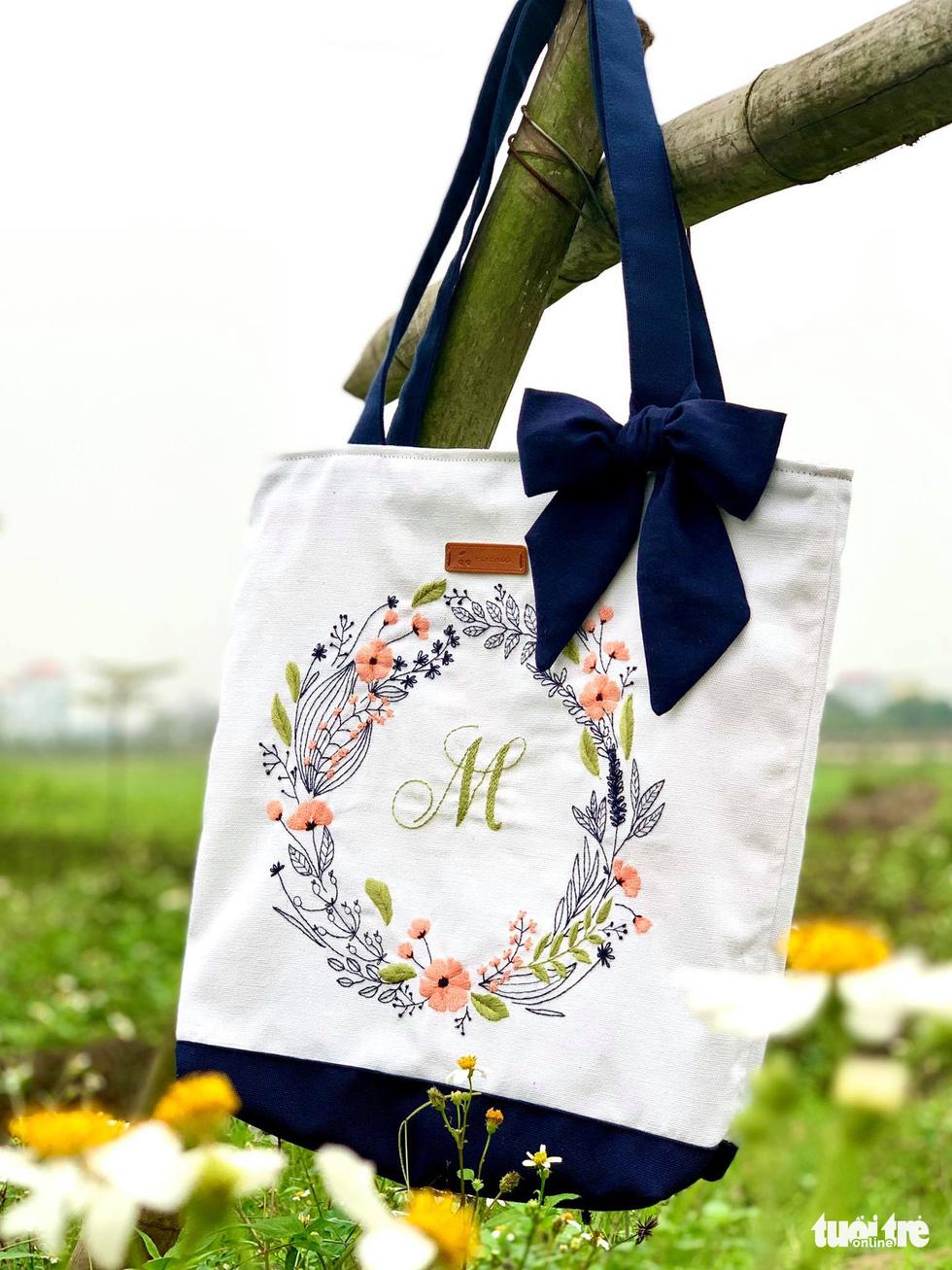 Ở nhà mùa dịch khéo tay thêu thùa khẩu trang, bông hoa lạ mắt - Ảnh 7.