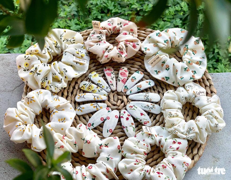 Ở nhà mùa dịch khéo tay thêu thùa khẩu trang, bông hoa lạ mắt - Ảnh 4.