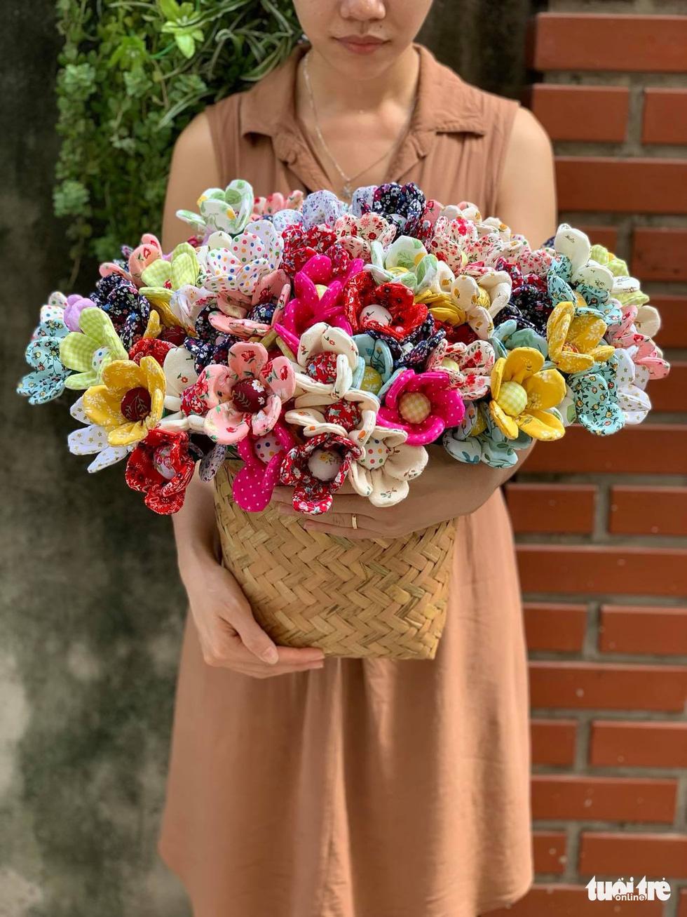 Ở nhà mùa dịch khéo tay thêu thùa khẩu trang, bông hoa lạ mắt - Ảnh 8.