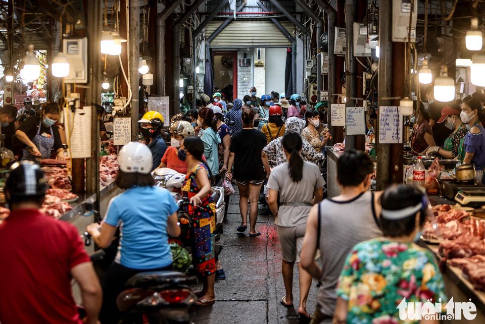 Hà Nội: Chỉ thị giãn cách xã hội ban hành lúc nửa đêm, chợ sáng ngày rằm vẫn đông người - Ảnh 1.