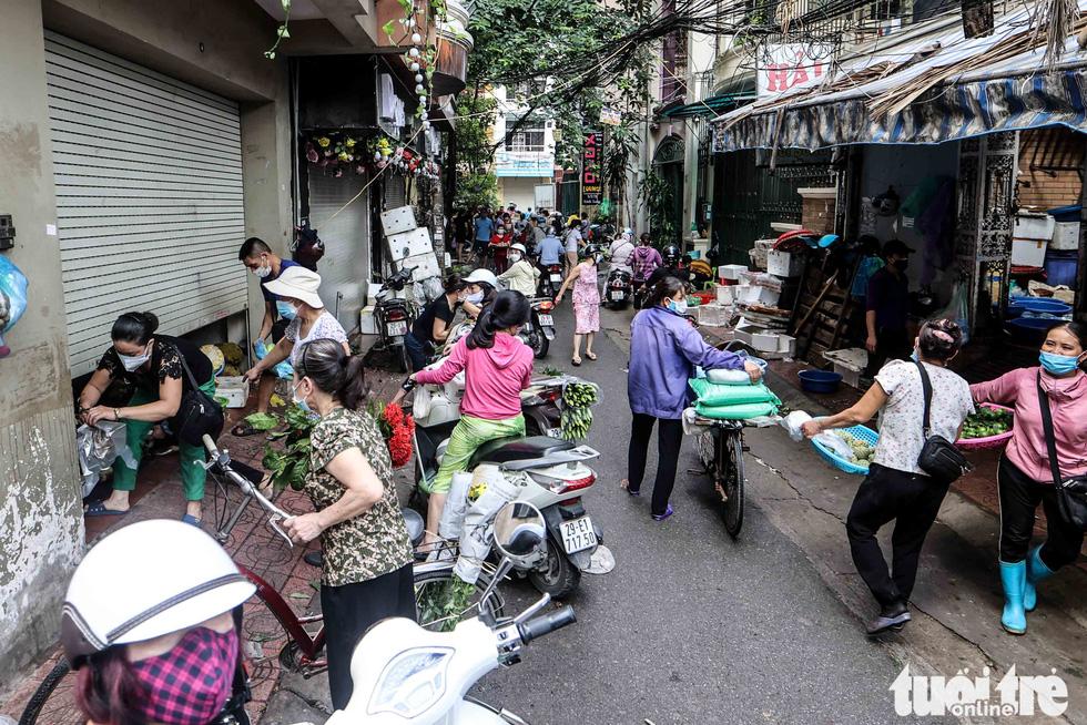 Hà Nội: Chỉ thị giãn cách xã hội ban hành lúc nửa đêm, chợ sáng ngày rằm vẫn đông người - Ảnh 2.